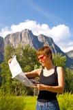 Mujer que va de excursión en rastro del bosque Fotos de archivo libres de regalías