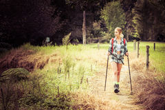 Mujer que va de excursión joven foto de archivo