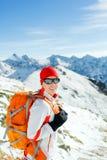 Mujer que va de excursión y que recorre en montañas del invierno Fotos de archivo libres de regalías
