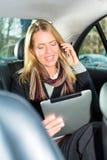 Mujer que va en taxi, ella está en el teléfono Fotos de archivo libres de regalías