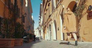 Mujer que va para un paseo en Roma almacen de video