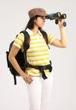 Mujer que ve adentro a binocular con el bolso del recorrido Fotografía de archivo libre de regalías
