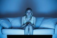 Mujer que ve la TV Foto de archivo