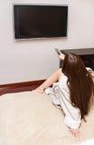 Mujer que ve la TV Imagen de archivo libre de regalías