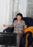 Mujer que ve la TV Imagenes de archivo