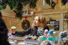 Mujer que vende el jabón hecho a mano en el mercado de la Navidad de Vilna Fotografía de archivo libre de regalías