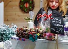 Mujer que vende el jabón hecho a mano en mercado de la Navidad de Vilna en Lithu Imagenes de archivo