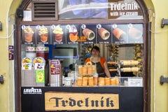 Mujer que vende el trdelnik checo Foto de archivo