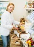 Mujer que vende habas en tienda Fotografía de archivo libre de regalías