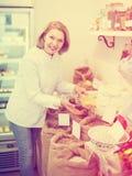 Mujer que vende habas en tienda Imagen de archivo