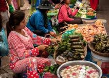 Mujer que vende la comida en el mercado. Camboya foto de archivo