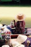 Mujer que vende la fruta de Imágenes de archivo libres de regalías