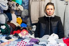 Mujer que vende la ropa caliente en el mercado de la Navidad de Vilna en el advenimiento Imágenes de archivo libres de regalías