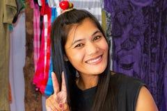 Mujer que vende la ropa en el mercado en Tailandia Fotos de archivo