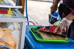 Mujer que vende la sandía Fotos de archivo libres de regalías