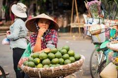 Mujer que vende las frutas exóticas en las calles imágenes de archivo libres de regalías