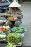 Mujer que vende las verduras, Vietnam fotos de archivo