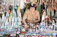 Mujer que vende los artículos religiosos Foto de archivo libre de regalías