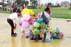 Mujer que vende a los niños de los globos, Phnom Penh, Camboya fotos de archivo libres de regalías