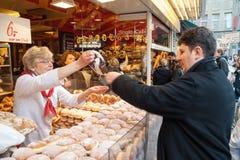 Mujer que vende productos y los anillos de espuma de pasteles Imagen de archivo