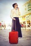 Mujer que viaja con equipaje fotos de archivo