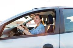 Mujer que viaja en coche foto de archivo
