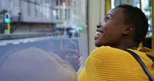 Mujer que viaja en el autobús 4k almacen de video