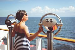 Mujer que viaja en el barco de cruceros Foto de archivo libre de regalías