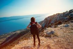 Mujer que viaja en el top de la isla Fotos de archivo