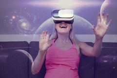 mujer que viaja en espacio usando los vidrios de la realidad virtual foto de archivo