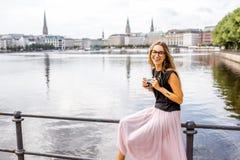 Mujer que viaja en Hamburgo, Alemania fotos de archivo libres de regalías