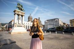 Mujer que viaja en la ciudad de Clermont-Ferrand en Francia Imágenes de archivo libres de regalías