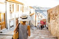 Mujer que viaja en la ciudad de Oporto Imágenes de archivo libres de regalías