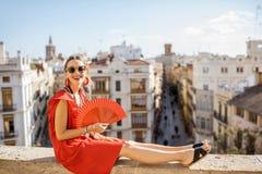 Mujer que viaja en la ciudad de Valencia imagen de archivo