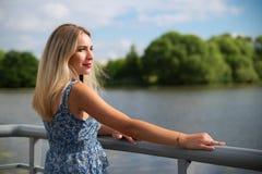 Mujer que viaja hermosa en el verano imagen de archivo libre de regalías