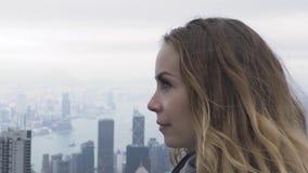 Mujer que viaja que mira panorama de la ciudad de Hong Kong de Victoria máxima Goce europeo turístico de la mujer del retrato pan almacen de metraje de vídeo