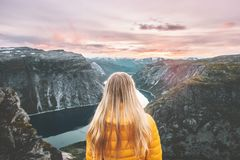 Mujer que viaja solamente gozando de las montañas de la puesta del sol imagen de archivo libre de regalías