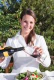 Mujer que vierte el vino rojo Foto de archivo libre de regalías