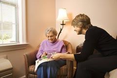Mujer que visita de la mujer más vieja Fotografía de archivo libre de regalías