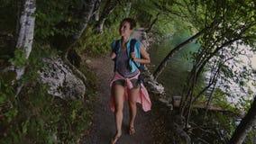 Mujer que visita el parque nacional de los lagos Plitvice almacen de metraje de vídeo