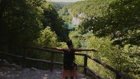 Mujer que visita el parque nacional de los lagos Plitvice almacen de video