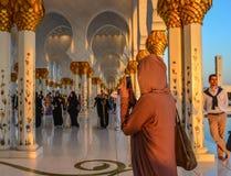 Mujer que visita la mezquita magnífica Abu Dhabi fotos de archivo libres de regalías