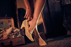 Mujer que viste los zapatos amarillos retros Fotos de archivo