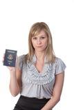 Mujer que visualiza el pasaporte de los E.E.U.U. Imagenes de archivo
