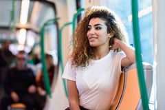 Mujer ?rabe dentro del metro Muchacha ?rabe en ropa casual fotos de archivo