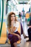 Mujer ?rabe dentro del tren del metro Muchacha ?rabe en ropa casual fotografía de archivo libre de regalías