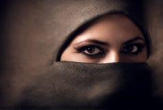 Mujer árabe joven en hijab tono Fotos de archivo