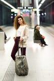 Mujer ?rabe joven que espera su tren en una estaci?n de metro fotografía de archivo