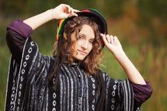 Mujer rastafarian joven en parque del otoño Imágenes de archivo libres de regalías