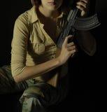 Mujer rebelde con el arma 3 Imagenes de archivo